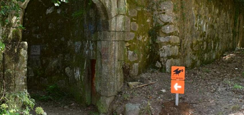 Arco da calçada existente do lado poente do Mosteiro de São Martinho de Tibães.