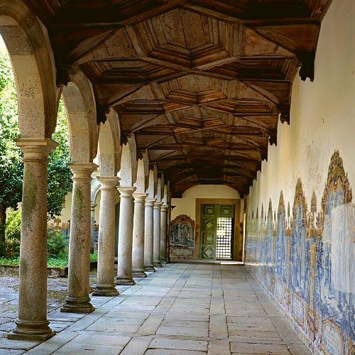 Vista geral da ala poente do claustro do cemitério do Mosteiro de São Martinho de Tibães.