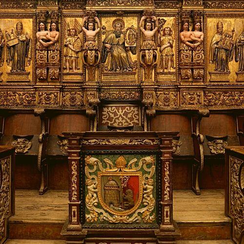 São Bento, banco e mesa do Abade Geral existentes no Coro Alto da igreja do Mosteiro de São Martinho de Tibães.
