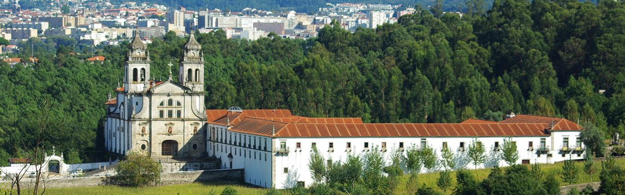 Vista geral do Mosteiro de Tibães, com as fachadas do lado poente e ao fundo a cidade de Braga.